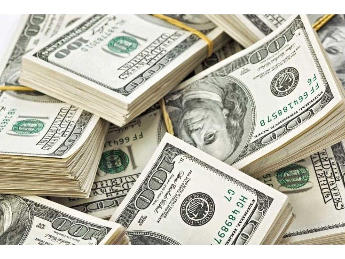 El dólar oficial vuelve a perforar los $63 y el riesgo país se deprime