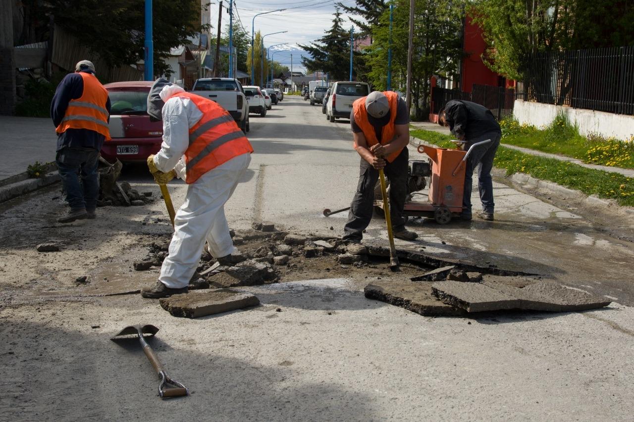 Realizan obras de bacheo y repavimentación en el barrio Calafate