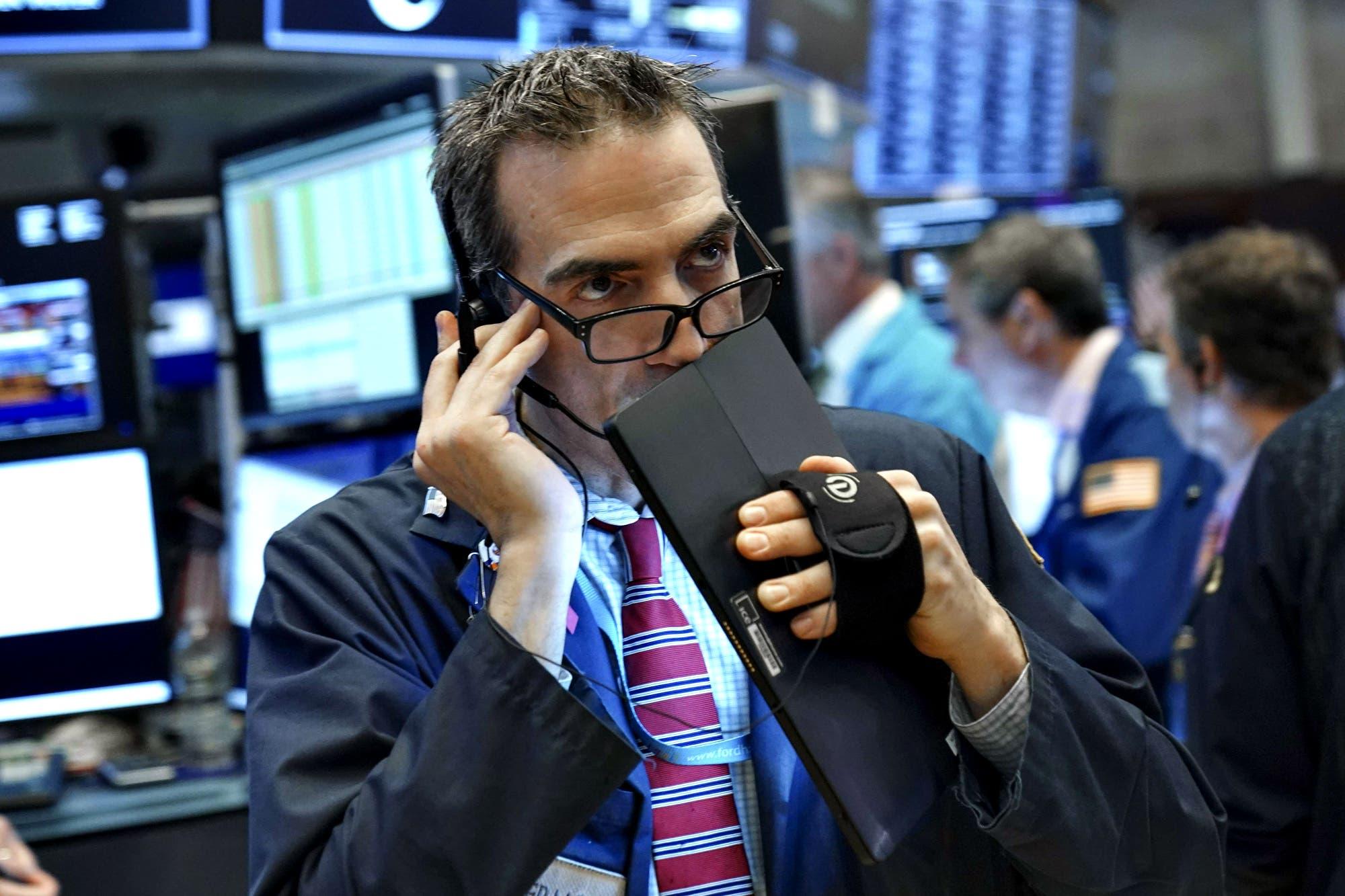 Compás de espera en el mercado, con rebote para bonos y acciones argentinas en el exterior