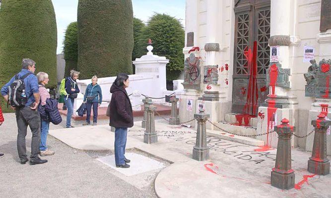 En Chile ahora atacaron el mausoleo de la familia Menéndez