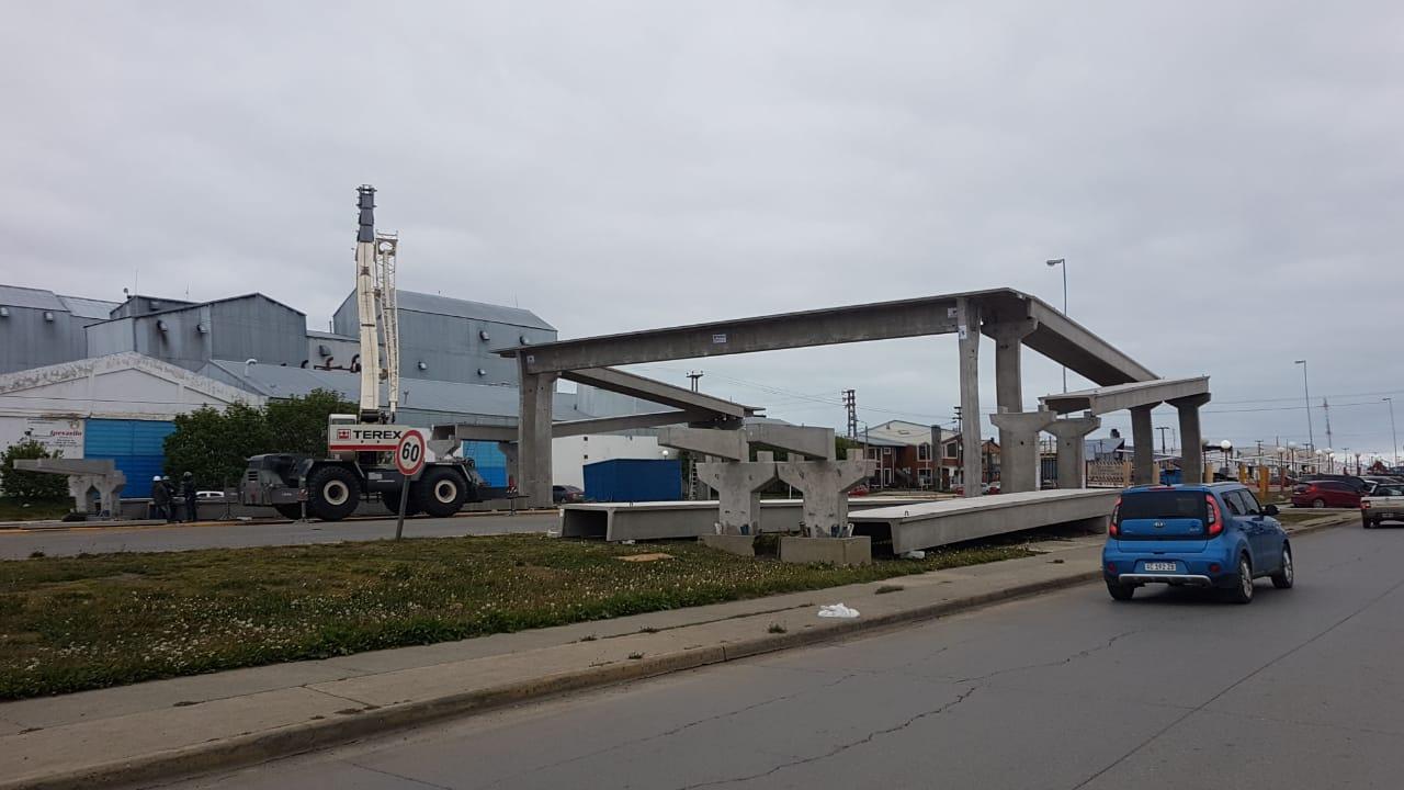 Avanza la colocación de la estructura del nuevo puente peatonal