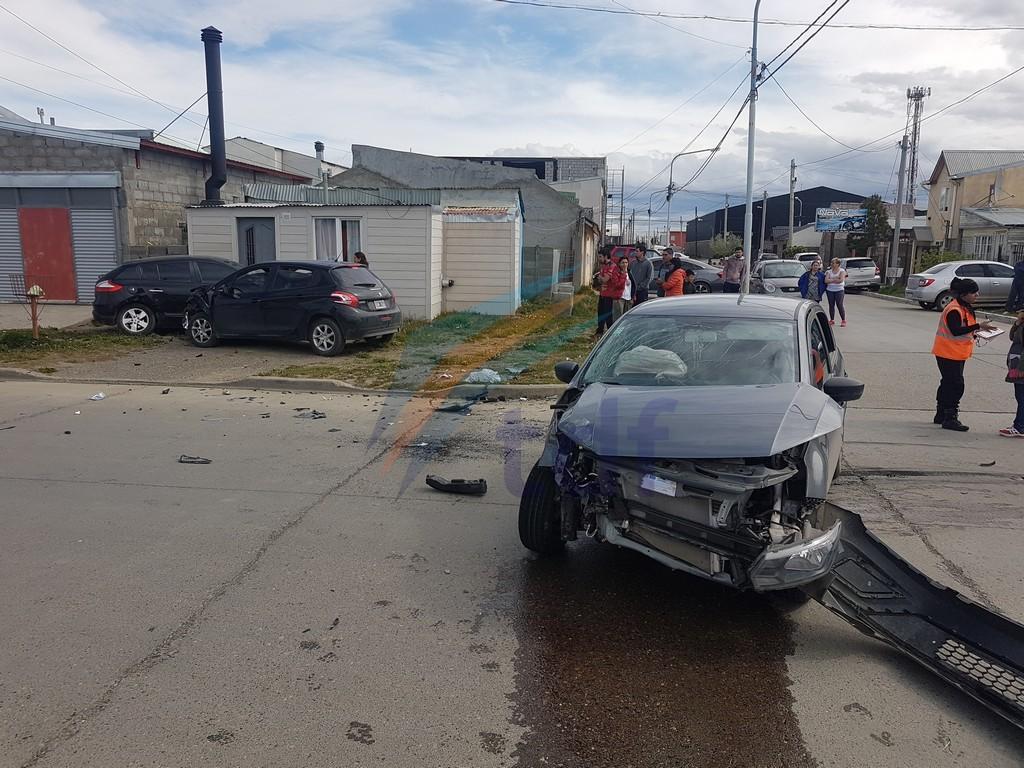 Dos conductores y tres menores hospitalizados en triple accidente