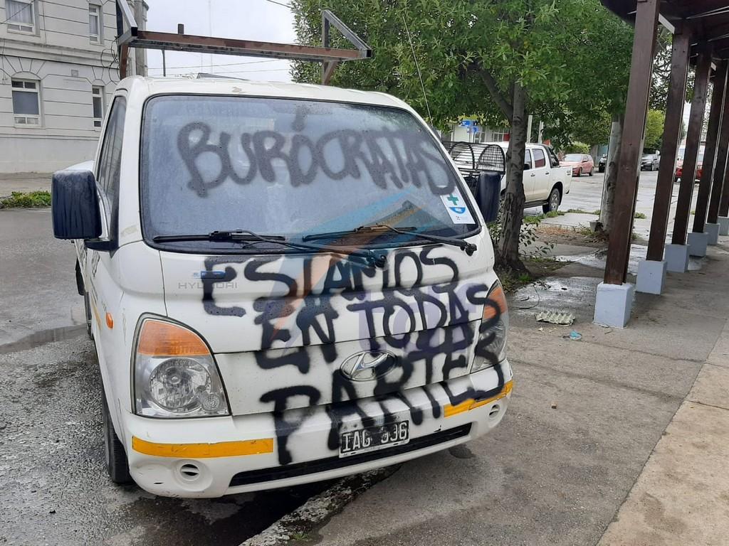 """""""traidores""""-y-""""burocratas""""-las-pintadas-vandalicas-contra-el-frente-de-la-sede-de-la-uom"""