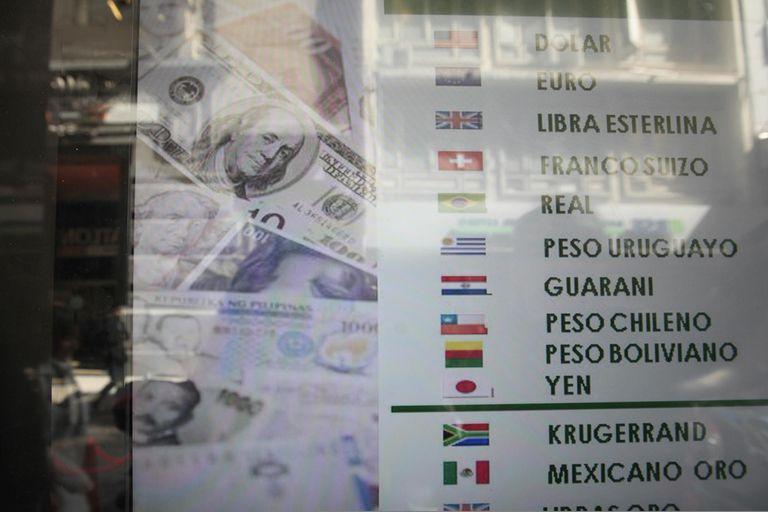 dolar-hoy:-el-blue-bajo-tres-pesos,-pero-los-financieros-siguen-subiendo