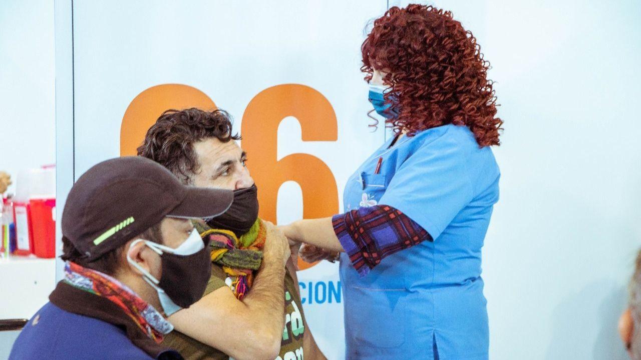 amplian-vacunacion-a-personas-de-45-anos-en-adelante-con-y-sin-factores-de-riesgo