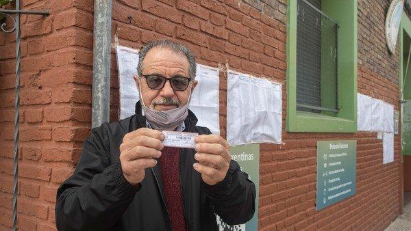 elecciones-paso-2021:-la-emocion-de-un-inmigrante-que-voto-por-primera-vez-tras-vivir-medio-siglo-en-argentina