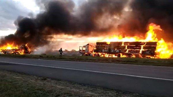 un-choque-en-cadena-termino-con-dos-camiones-incendiados-y-un-auto-destruido