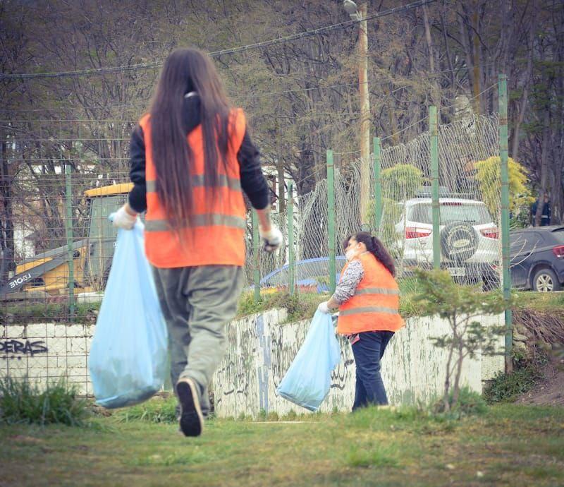 jornada-de-limpieza-en-el-barrio-jardin-de-ushuaia
